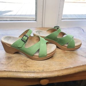 Dansko faux wood green leather sandal buckle